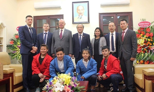 FIAS handed over sport outfit to Vietnamese Sambo Association