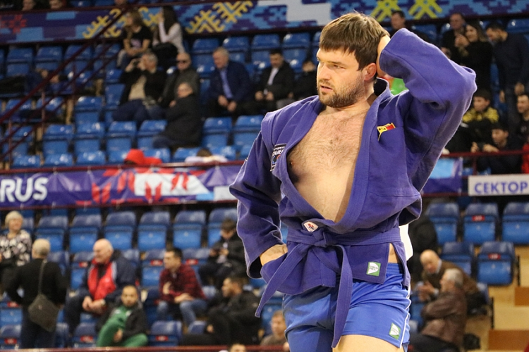 "Denis TACHII: ""It is Difficult to Cut 14 kg Every Month"""